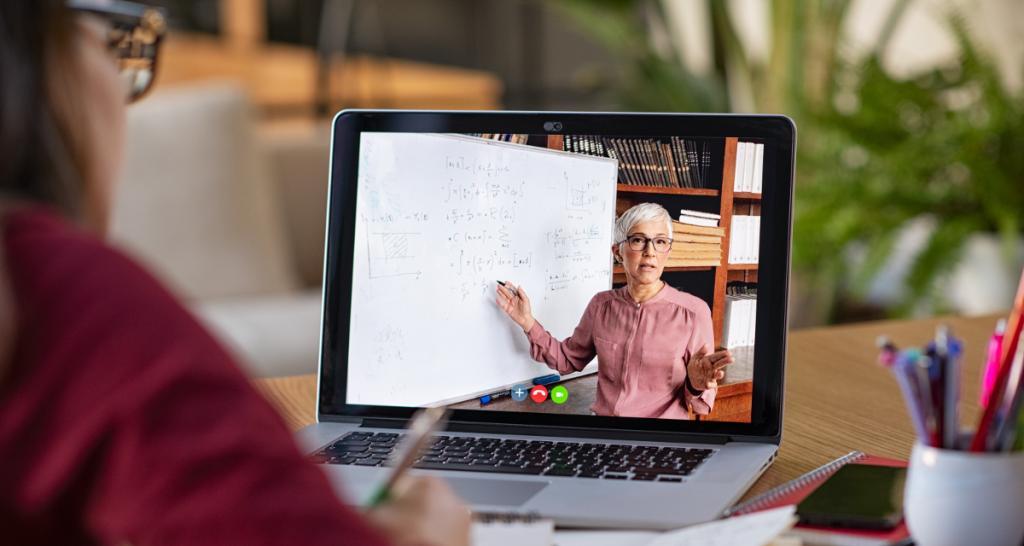 Une femme regarde un cours en ligne